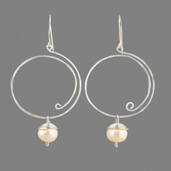 Silver loop earring with fresh water pearl